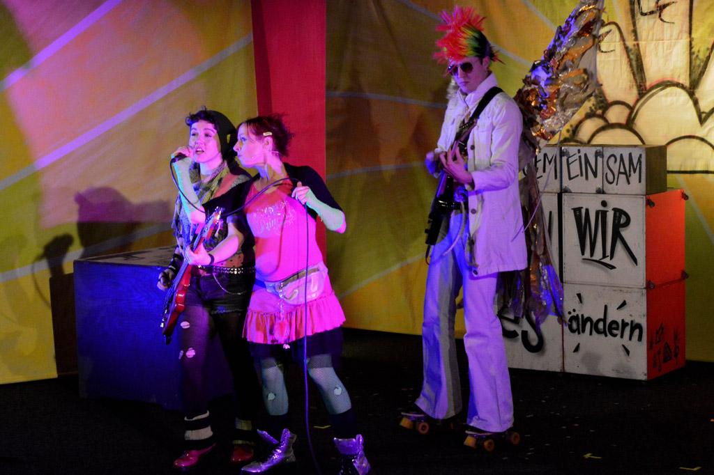 Die Punk-Band Playerz auf der Bühne - zwei Sängerinnen und ein Gitarrist